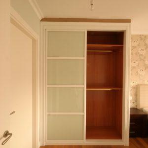 Armario con puertas correderas japonesas, lacado en blanco